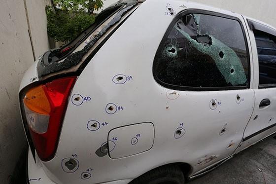 Três policiais militares do 41º BPM metralharam um Palio com 111 tiros – 81 de fuzil – na noite de sábado (28), no Rio de Janeiro. Cinco jovens morreram (Foto: Fabiano Rocha / Extra)