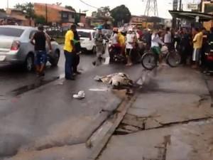 Homem teria passado por cima da ficação elétrica, que segundo moradores, estava solto desde 2h da madrugada. (Foto: Guilherme Mendes/TV Liberal)