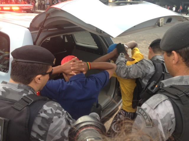 Dois manifestantes foram perseguidos e detidos pela PM na plataforma inferior da rodoviária. Eles foram revistados e colocados em uma viatura. Os policiais não informaram o motivo da prisão nem os nomes dos jovens (Foto: Fabiano Costa/G1)