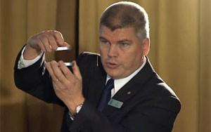 Professor Per Delsing explica, com dois espelhos, a forma como Haroche aprisiona fótons com uma 'armadilha'. (Foto: Reprodução)