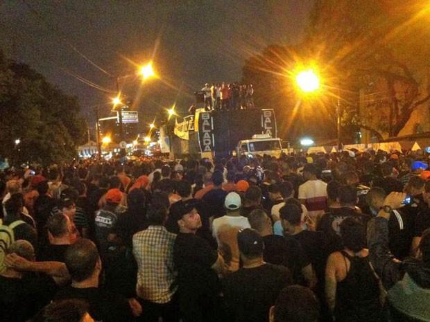 PMs fizeram ato em frente à sede do Governo de Pernambuco (Foto: Pedro Lins/TV Globo)