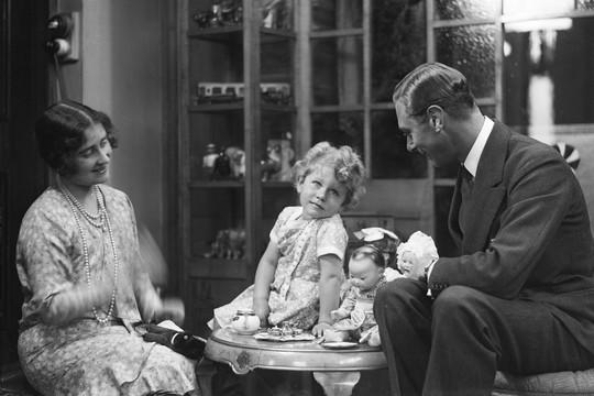 Com o pai, o rei George VI, e a mãe a rainha Elizabeth, que se tornaria a 'Queen Mum' (Foto: Reprodução)