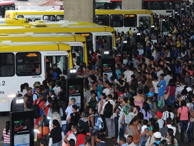 Passageiros aguardam saída de ônibus da Viação Pioneira na Rodoviária do Plano Piloto, no Distrito Federal (Foto: Renato Araújo/Agência Brasília)