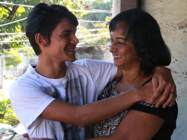 Mãe e filho demonstram cumplicidade e carinho construídos em anos de convivência em família.  (Foto: Tânia Margareth/Arquivo Pessoal)