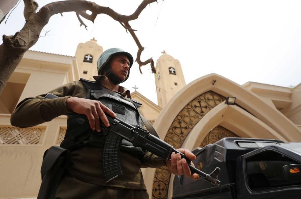 Policial armado faz segurança de igreja alvo de explosão no domingo (10) en Tanta, no Egito (Foto: Mohamed Abd El Ghany/ Reuters)