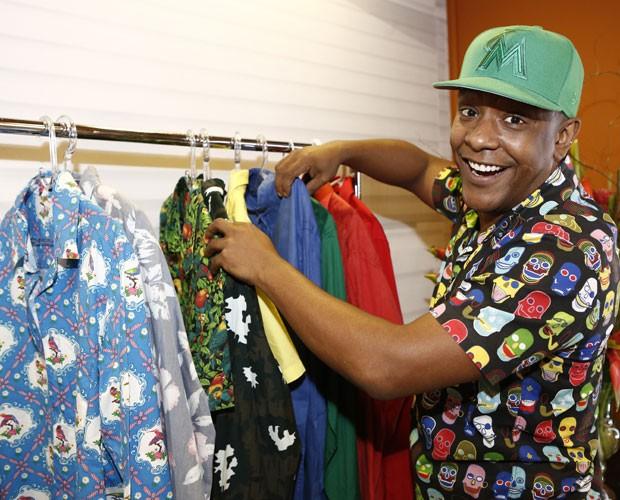 Cantor escolhe figurino entre camisas e blazers coloridos (Foto: Fábio Rocha/Gshow)