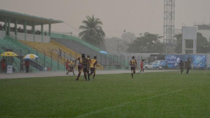 Festa da vitória do Genus em cima do Ji-Paraná foi debaixo de chuva (Foto: Lívia Costa)