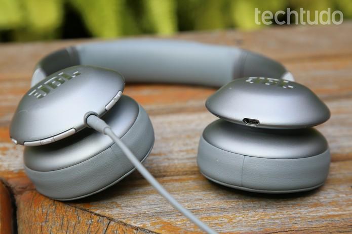 Fone JBL Everest V310 tem botões de controle do áudio, Bluestooth e ShareME (Foto: Luciana Maline/TechTudo)