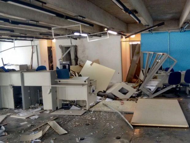 Agência do BB ficou toda destruída e cofre foi explodido por criminosos (Foto: Airton Salles Júnior/TV TEM)