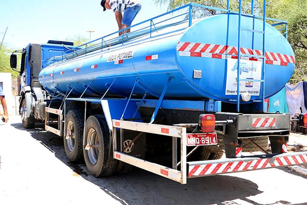 Operação Vertente leva água potável para áreas urbanas das cidades em colapso no abastecimento (Foto: Assecom RN)
