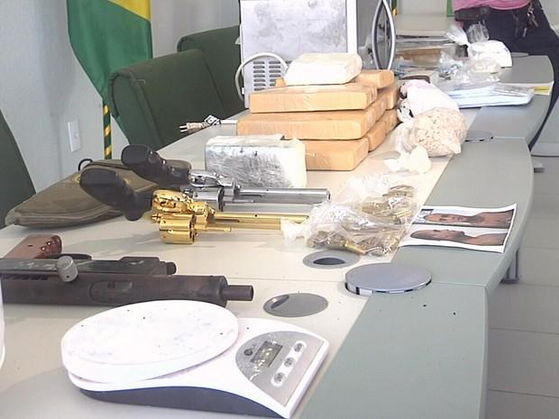 Polícia fecha dois laboratório de produção de drogas em Fortaleza e apreende armas e narcóticos (Foto: TV Verdes Mares/Reprodução)