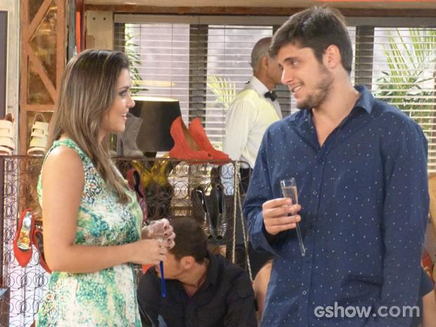 André é gentil e oferece bebida para Bárbara, que adora a atenção (Foto: Em Família/TV Globo)