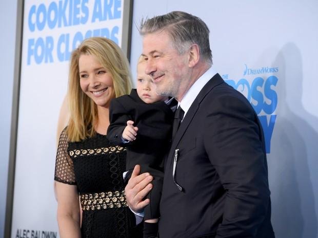 Alec Baldwin com o filho Rafael Thomas Baldwin e Lisa Kudrow em première de filme em Nova York, nos Estados Unidos (Foto: Mike Coppola/ Getty Images/ AFP)