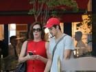 Claudia Raia arrasa de tubindo vermelho em passeio com Enzo
