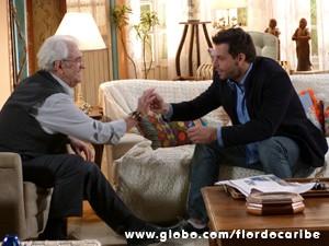 Samuel mostra o anel para Cassiano (Foto: Flor do Caribe/TV Globo)