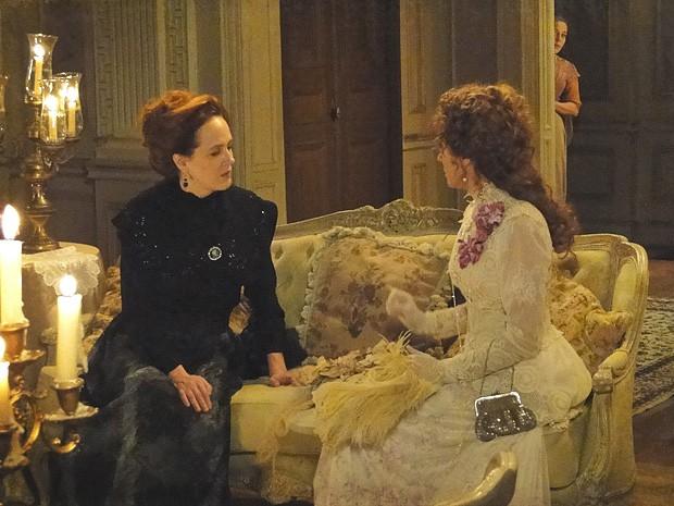 Celinha ouve a conversa das irmãs e fica ainda mais curiosa (Foto: Lado a Lado / TV Globo)
