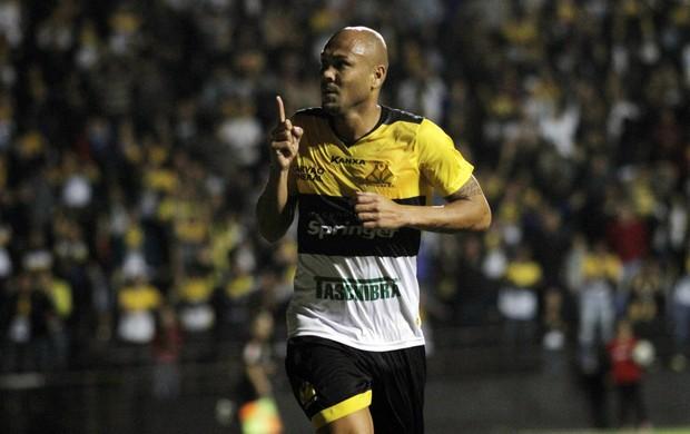 Souza, do Criciúma, comemora gol sobre o Atlético-MG (Foto: Agência Estado)