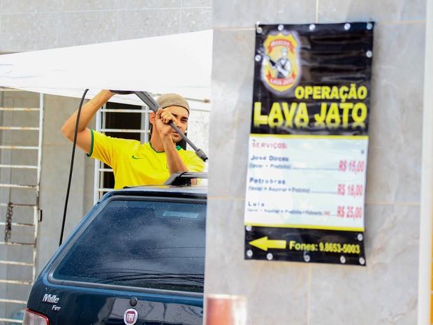 Com o lava a jato, Bruno conseguiu unir um hobby à necessidade de ganhar dinheiro (Foto: Marlon Costa/Pernambuco Press)