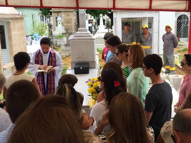 Enterro de Milton Cordeiro foi realizado no cemitério São João Batista (Foto: Paulo Frazão / Rede Amazônica)