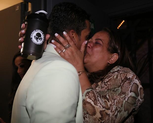 Marcello dá selinho em mãe após a vitória (Foto: Carol Caminha/Ghow)