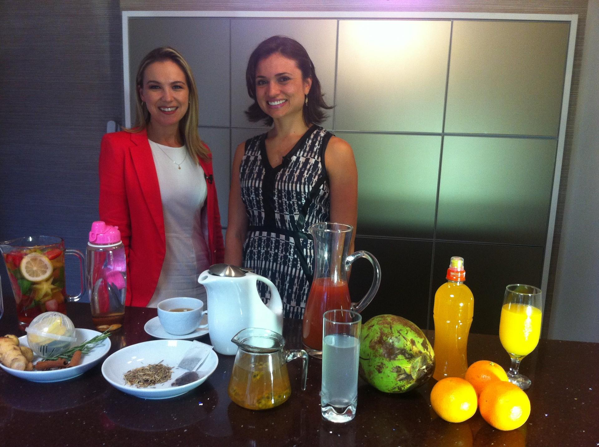 Vanessa Moltini e a nutricionista Helouse Odebrecht falam sobre hidratação (Foto: RBS TV/Divulgação)
