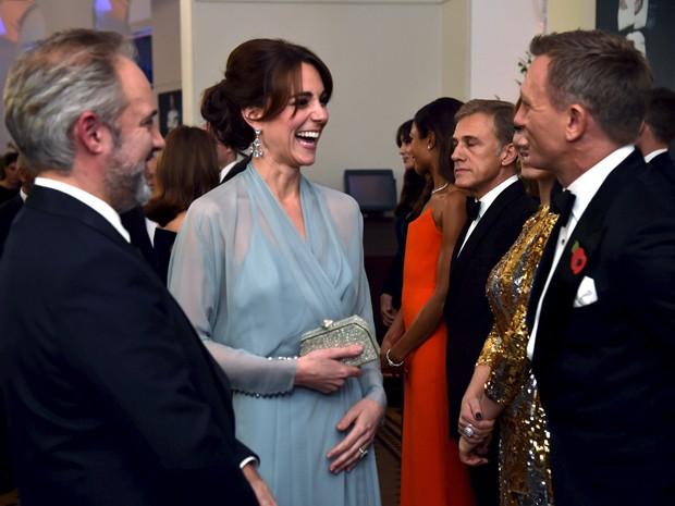 """Duquesa de Cambridge, Kate Middleton, com membros do elenco do novo filme """"Spectre"""", em Londres (Foto: REUTERS/Alan Davidson/Pool)"""