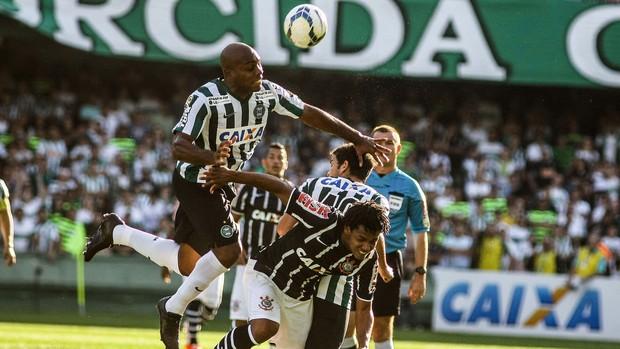 Luccas Claro coritiba e Romarinho Corinthians Brasileirão (Foto: Joka Madruga / Agência Estado)
