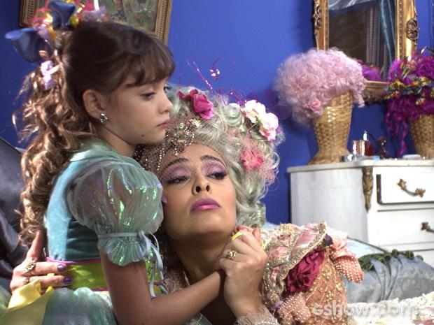 Pituca acompanha a mãe na tarefa de ignorar Epa (Foto: Meu Pedacinho de Chão/TV Globo)