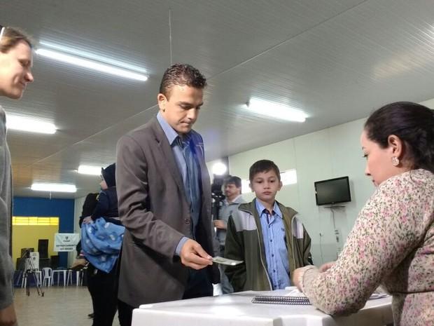 Candidato Aliel Machado (Rede Sustentabilidade), que concorre à Prefeitura de Ponta Grossa, votou na manhã deste domingo (30) (Foto: Viviane Mallmann / RPC)