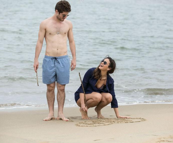 Mari e Ben trocam olhares apaixonados  (Foto: Raphael Dias/Gshow)