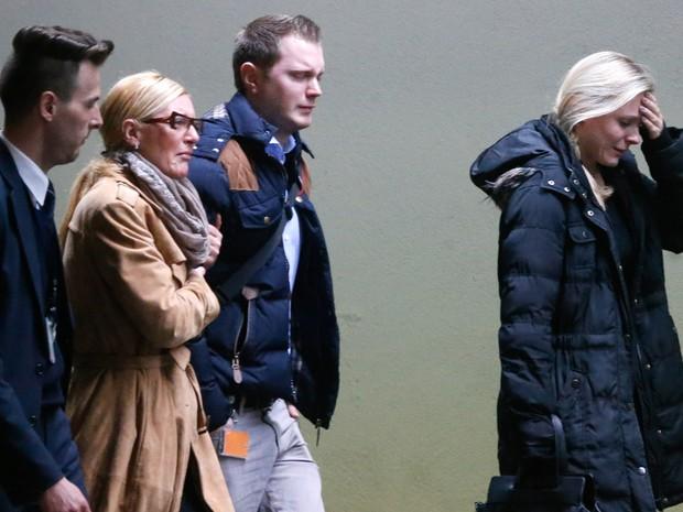 Pessoas chorando chegam ao aeroporto de Düsseldorf, na Alemanha. Um avião da companhia Germanwings com destino à Düsseldorf caiu no sul da França com 150 pessoas a bordo (Foto: Frank Augstein/AP)