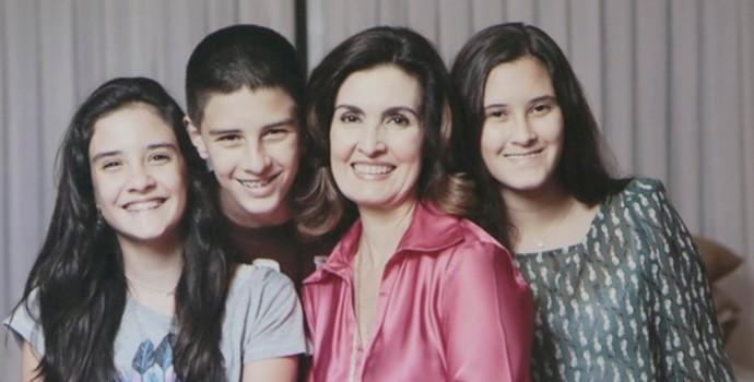 Fátima abre seu album e mostra fotos dos trigêmeos (Foto: Arquivo Pessoal)