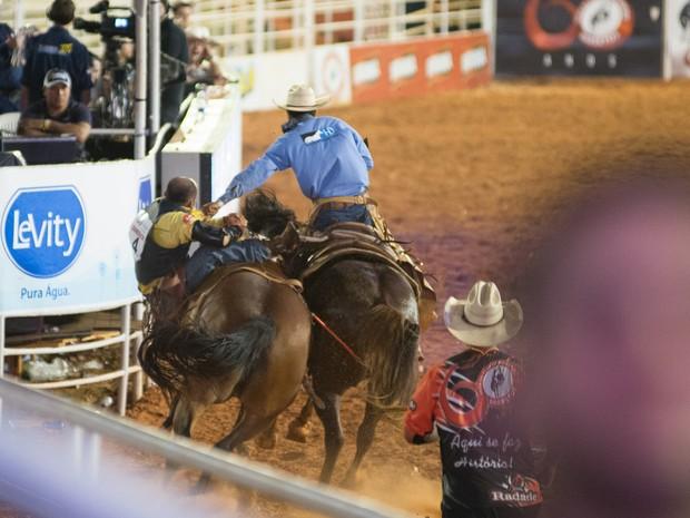 Peão cai durante prova de montaria na Festa do Peão de Barretos (Foto: Érico Andrade/G1)