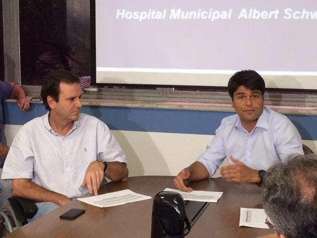 Eduardo Paes e Pedro Paulo fizeram reunião no Hospital Albert Schweitzer na manhã deste sábado (Foto: Matheus Rodrigues / G1)