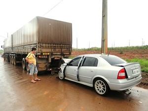 Motorista bateu em carreta que estava parada e morreu, segundo Corpo de Bombeiros (Foto: Só Notícias)