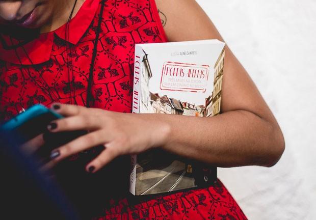Aline com o livro na mão, no dia do lançamento (Foto: Diego Padilha/I Hate Flash/Divulgação)