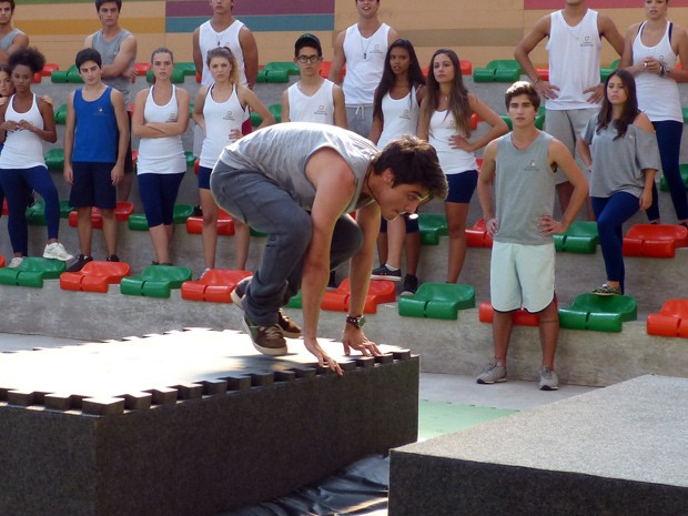 Vitor impressiona ao demonstrar o que sabe sobre Le Parkour (Foto: Malhação  / TV Globo)