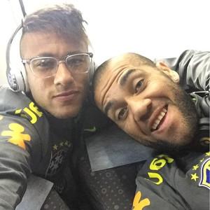 Neymar e Daniel Alves voo para a Copa América (Foto: Reprodução / Instagram)