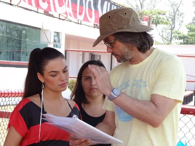 Dedicada, a atriz passa com atenção o texto com o diretor Paulo Silvestrini antes de gravar suas cenas como Suelen. Fique ligado nas emoções de Avenida Brasil! (Foto: Avenida Brasil / TV Globo)