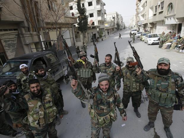 Forças pró-governo na cidade síria de Yabrud, neste domingo (16), após assumir controle total da região estratégica perto da fronteira com o Líbano (Foto: Joseph Eid / AFP)
