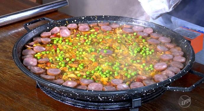 Paella caipíra é a receita do quadro Segredos da Cozinha deste sábado (02) (Foto: reprodução EPTV )