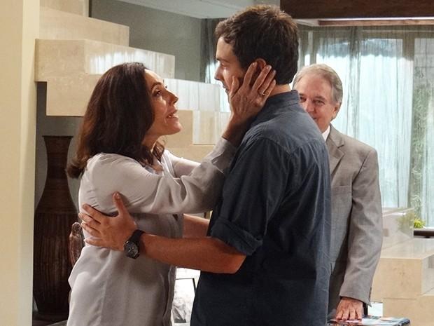 Maria Inês fica tensa com a novidade, mas apoia a escolha do filho (Foto: Rodrigo Brisolla/Gshow)