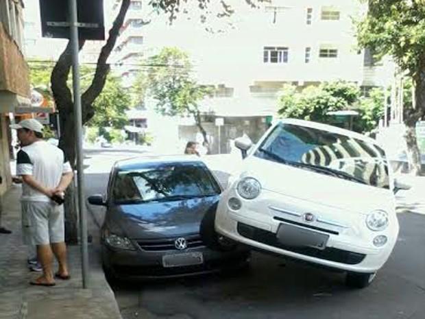 Mulher sobe em cima de carro durante manobra para estacionar em Divinópolis (Foto: Edson Coelho/Arquivo Pessoal)