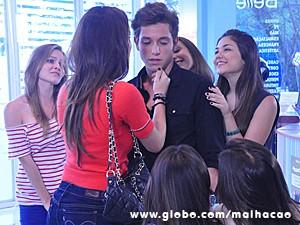 Meninas da MICA dão mole para Serguei (Foto: Malhação / TV Globo)