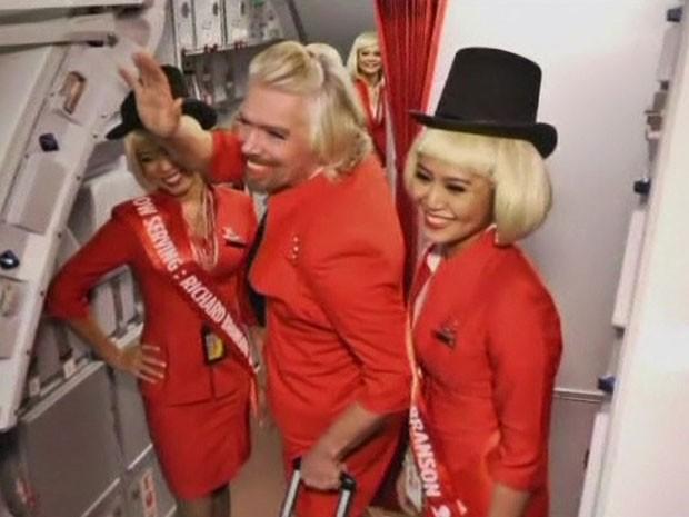 Branson se maquiou, vestiu uniforme vermelho e serviu bebidas durante um voo  (Foto: BBC)