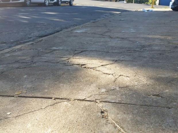 Corpo foi encontrado em calçada, na Vila Formosa, em Presidente Prudente (Foto: Heloise Hamada/G1)