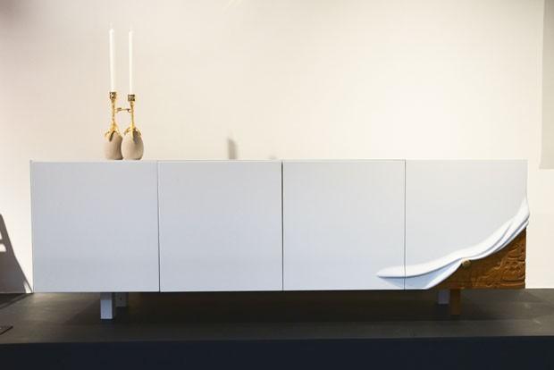Aparador Talisam, da arquiteta Maysam Al Nasser, em que a marcenaria primorosa simboliza uma manta minimalista cobrindo um antigo móvel entalhado. (Foto: Bruno Simões)