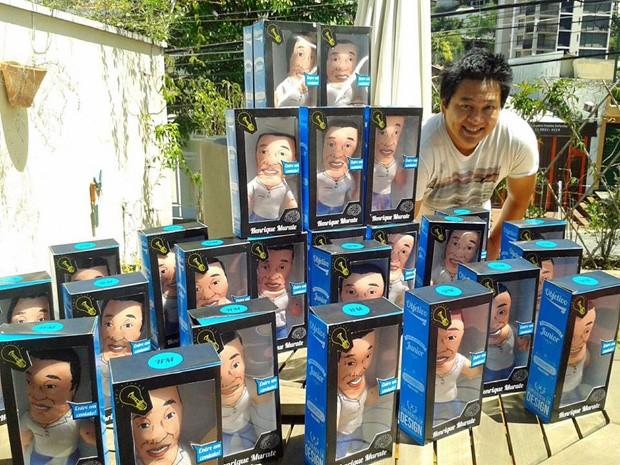 Henrique Murate posa para fotos com seu boneco-currículo (Foto: Arquivo Pessoal/ Henrique Murate)
