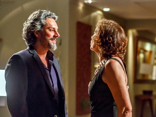 Zé ironiza Maria Marta quando ela fala que está com homem mais jovem (Foto: Artur Meninea/TV Globo)