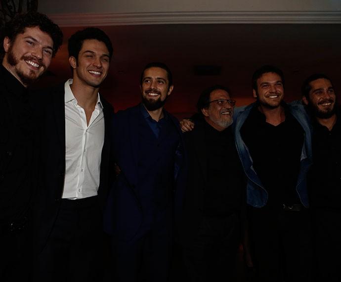 Elenco masculino de Além do Tempo posa junto em festa (Foto: Inácio Moraes/Gshow)